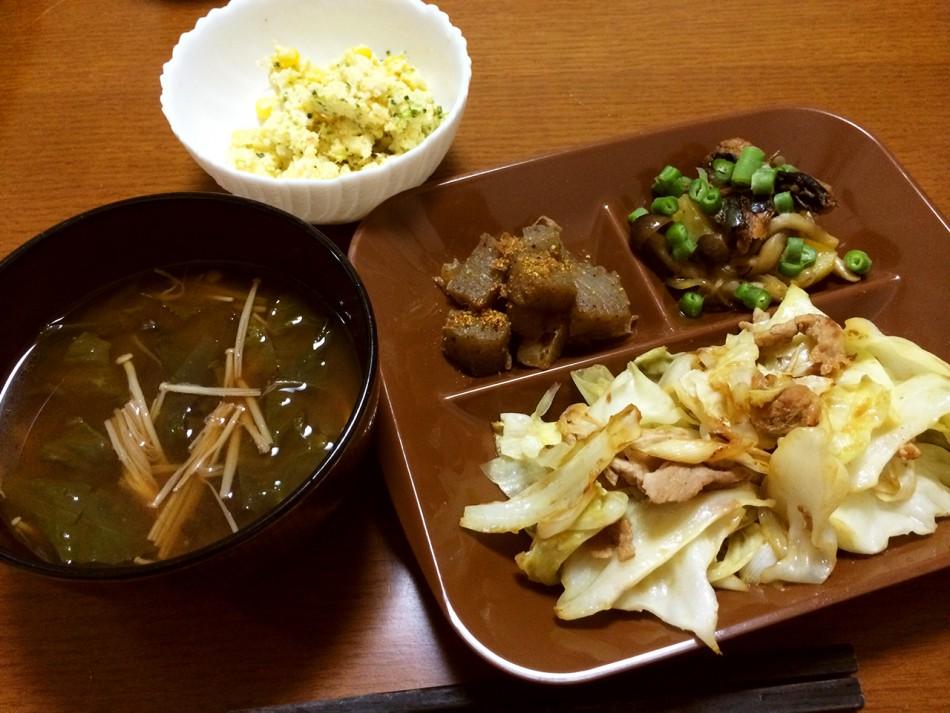 野菜たっぷりの回鍋肉、おから入り玉子サラダ、こんにゃくと大根の煮物、じゃがいも・しめじとさんま蒲焼きの和え物、わかめとえのき茸の味噌汁