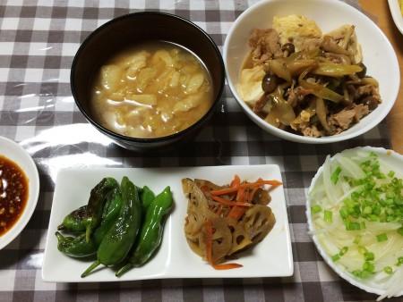 豚肉のすき煮、油揚げとキャベツの味噌汁、焼き獅子唐、蓮根と人参のきんぴら、オニオンスライス