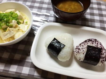 おにぎり(ゆかりとシーチキンマヨ)、豆腐と玉葱の卵とじ、じゃがいもとブロッコリーの味噌汁