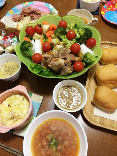 クリスマスイブの嫁ご飯/ローストチキンと温野菜を2種類のソースで、厚切りハムのステーキ、マカロニグラタン、ミネストローネ、チーズ盛り合わせ