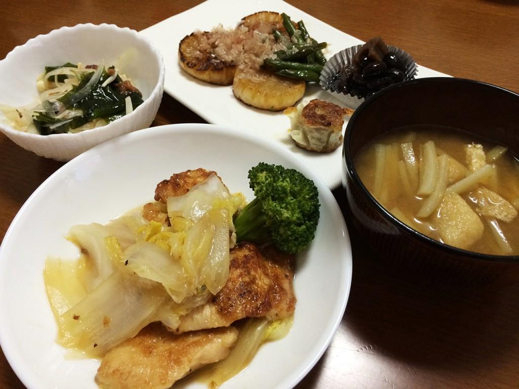 鶏胸肉と白菜の中華風、大根のソテー、わかめと玉葱の梅肉和え、大根と油揚げの味噌汁、焼き焼売、黒豆