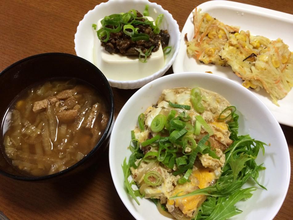 鶏胸肉の卵とじ、千切り野菜のチヂミ風、冷や奴肉味噌乗せ、白菜と油揚げの味噌汁