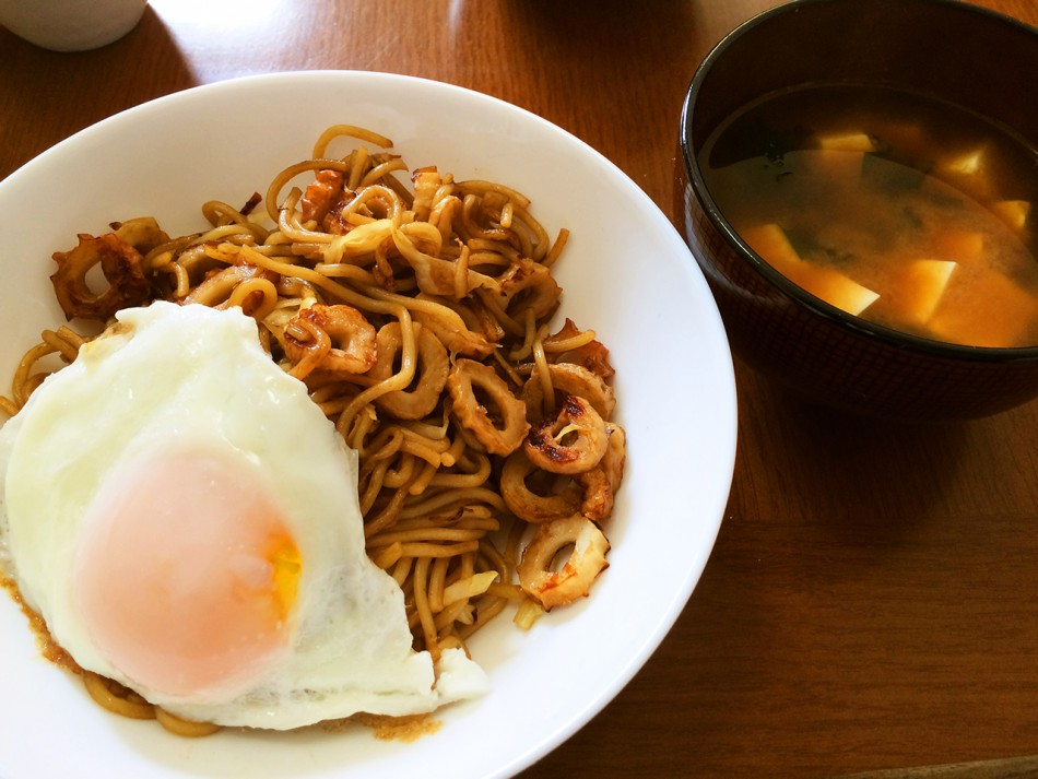 ちくわ入り焼きそば 目玉焼きのせ、豆腐とわかめの味噌汁