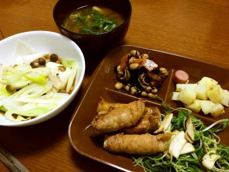 人参とアスパラの豚ロース巻、湯豆腐、ジャーマンポテト、ひじきと大豆の煮物、玉葱と油揚げの味噌汁