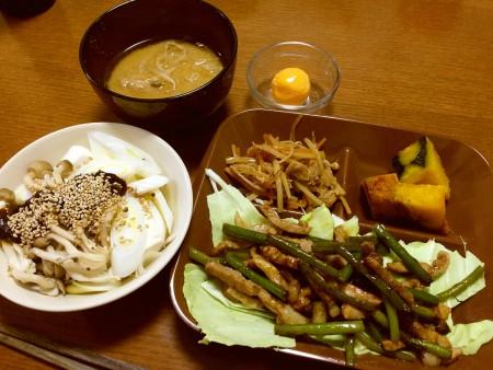 豚肉とニンニクの茎の炒め物、南瓜の煮物、大根と人参と油揚げのきんぴら、冷凍卵、湯豆腐、味噌汁