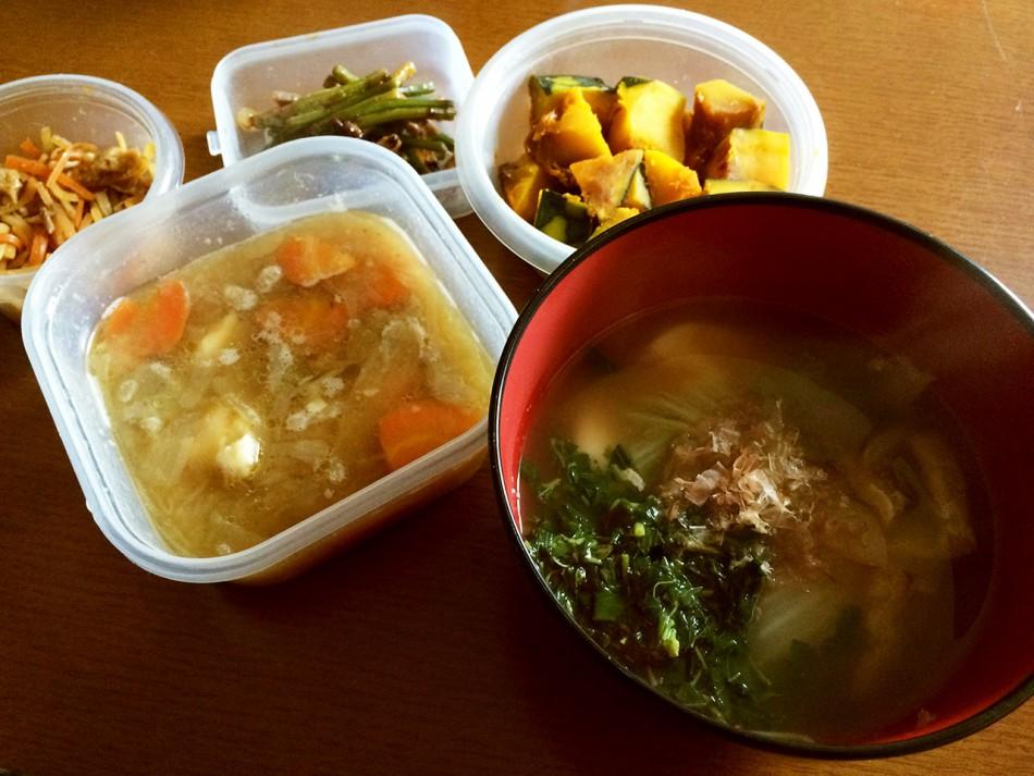 雑煮、鶏肉じゃが、南瓜の煮物、豚肉とにんにくの茎の炒め物、大根と人参と油揚げのきんぴら