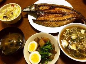 鯖の開き、玉子とこんにゃくと大根の照り煮、あんかけ豆腐、白菜の塩こぶ和え、たまねぎとわかめの味噌汁