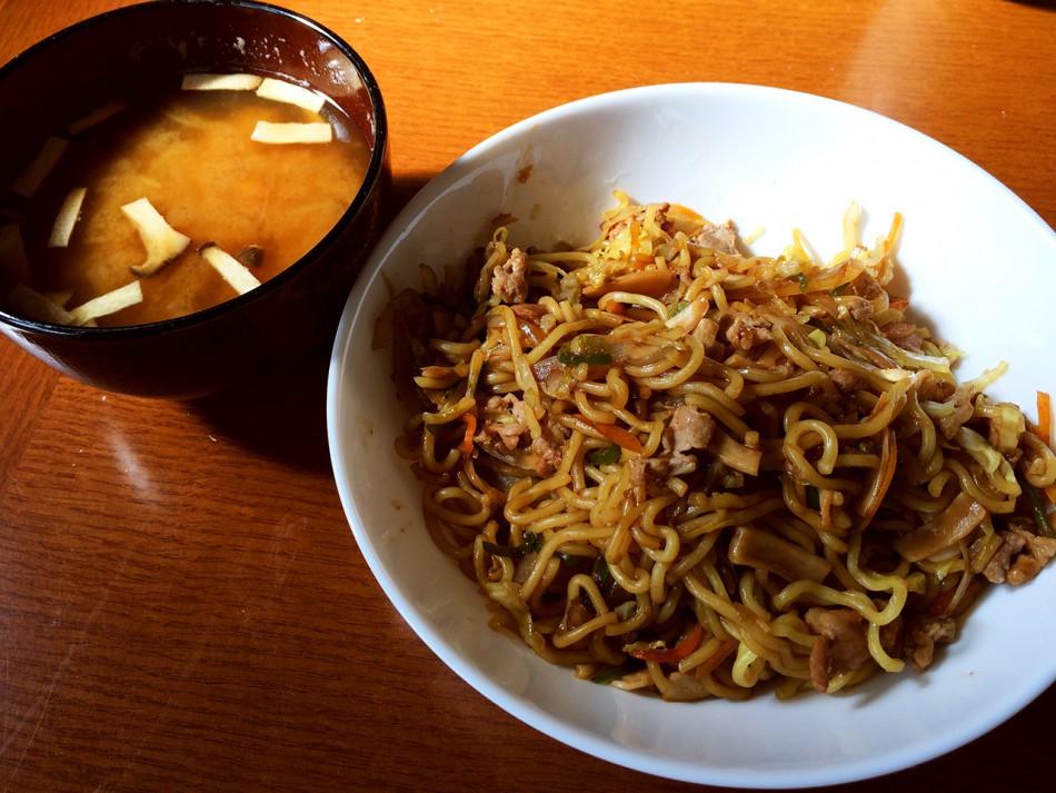 我が家のおなじみ 五目ソース焼きそば、たまねぎと椎茸の味噌汁