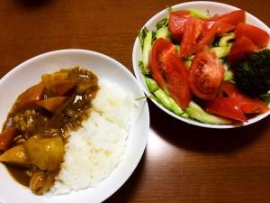 チキンカレー、トマトとセロリのサラダ