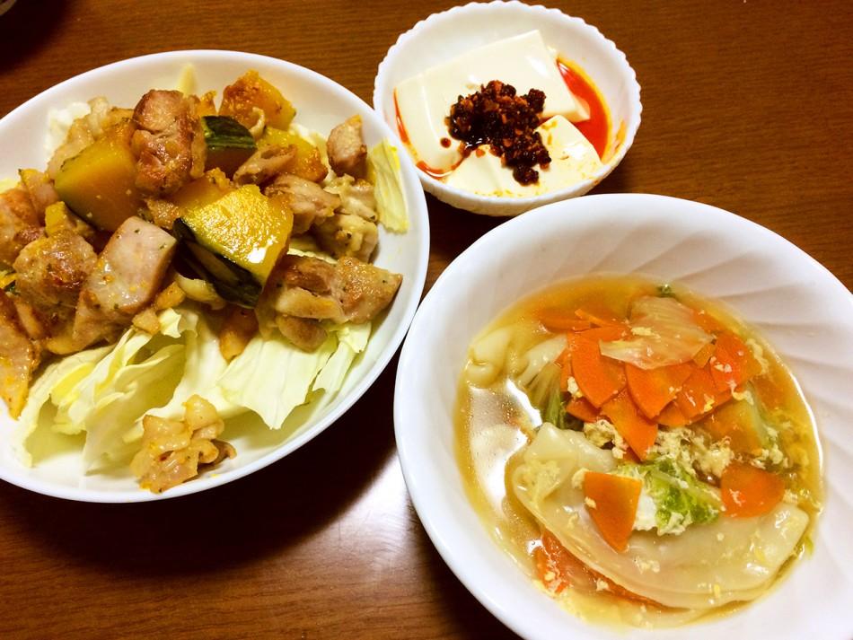 スープ餃子、チキンソテー、湯豆腐食べるラー油乗せ