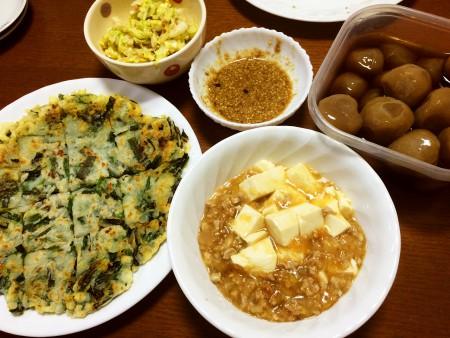 麻婆豆腐、ニラチヂミ、玉こんにゃくの煮物、白菜の鰹節和え