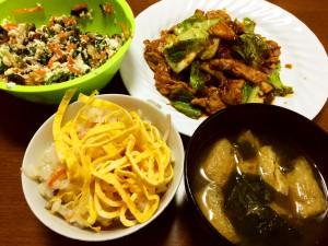 ちらし寿司、回鍋肉、ほうれん草と人参としめじの白和え、わかめと油揚げの味噌汁