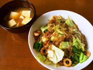 ローカロリーランチ!野菜たっぷり糸こんにゃく入りソース焼きそば、豆腐と油揚げの味噌汁