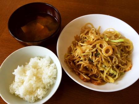 糸こんにゃく入り醤油焼きそば、豆腐とわかめの味噌汁
