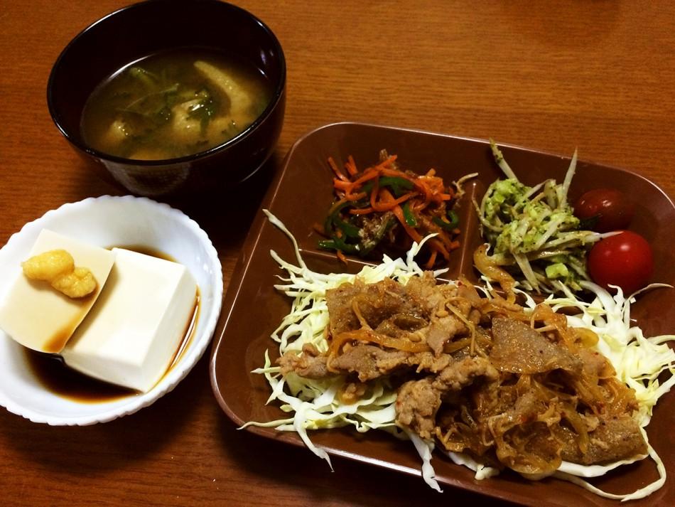 冷凍こんにゃく入りの豚焼肉、ブロッコリーと牛蒡のサラダ、人参とピーマンの炒め物鰹節和え、冷奴、油揚げと小松菜の味噌汁