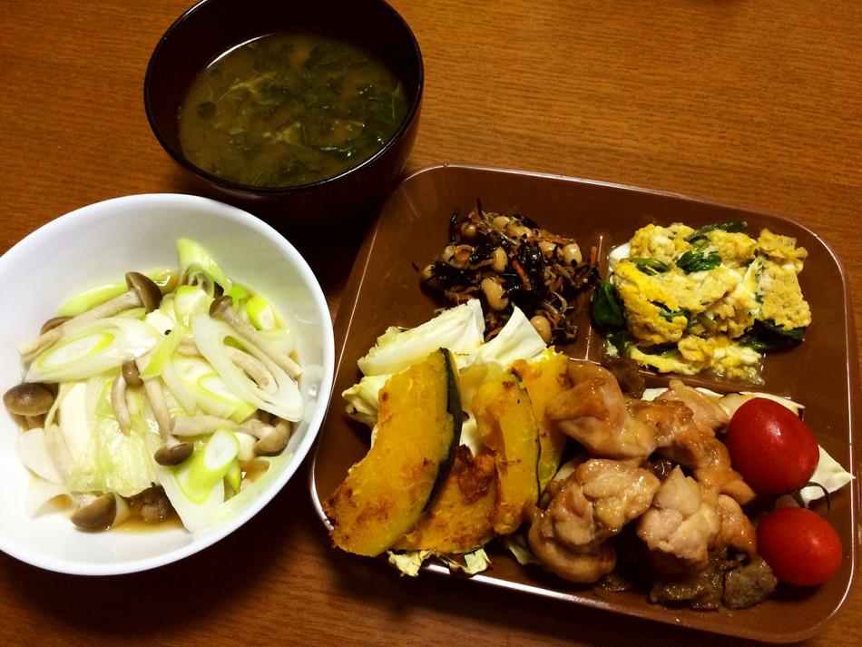鶏モモ肉の照焼き、焼き野菜、ほうれん草の卵とじ、ひじきの煮物、湯豆腐、モロヘイヤとサツマイモの味噌汁