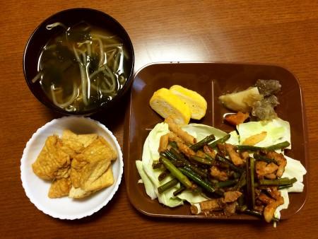 豚肉とニンニクの茎の炒め物、厚揚げの煮物、卵焼き、肉じゃが、もやしとわかめの味噌汁