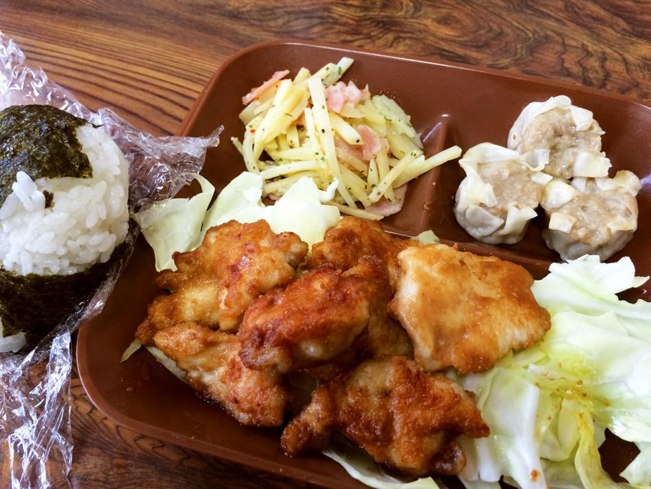 お弁当/大きなおにぎり、鶏胸肉の照焼き、ジャーマンポテト、焼売