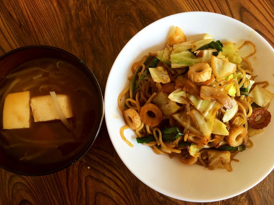 糸こんにゃく入りソース焼きそば、豆腐ともやしの味噌汁
