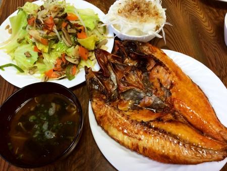 赤魚の開き、野菜炒め、冷奴新たまねぎ乗せ、もやしとわかめの味噌汁