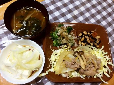 豚肉としめじとたまねぎの炒め物、モロヘイヤのおひたし、ひじきと大豆の煮物、温奴新たまねぎ乗せ、もやしとわかめの味噌汁