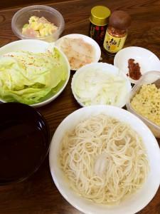 冷や麦、ロースハムと大根のさっぱりサラダ、ポテトサラダ、そのままキャベツ