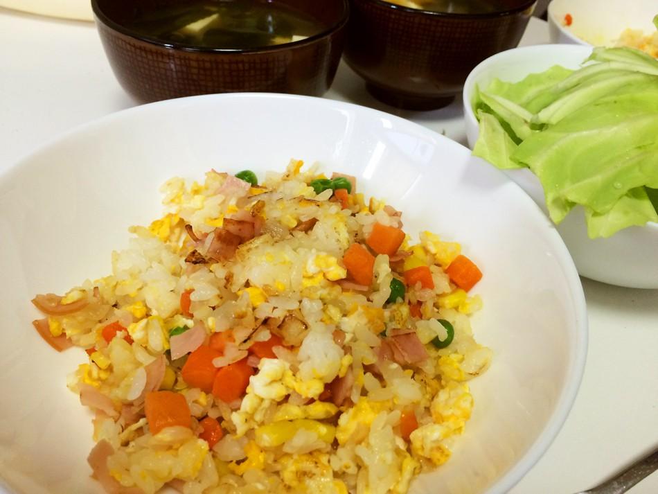 ミックスベジタブル入りハム炒飯、そのままキャベツ、豆腐とわかめの味噌汁