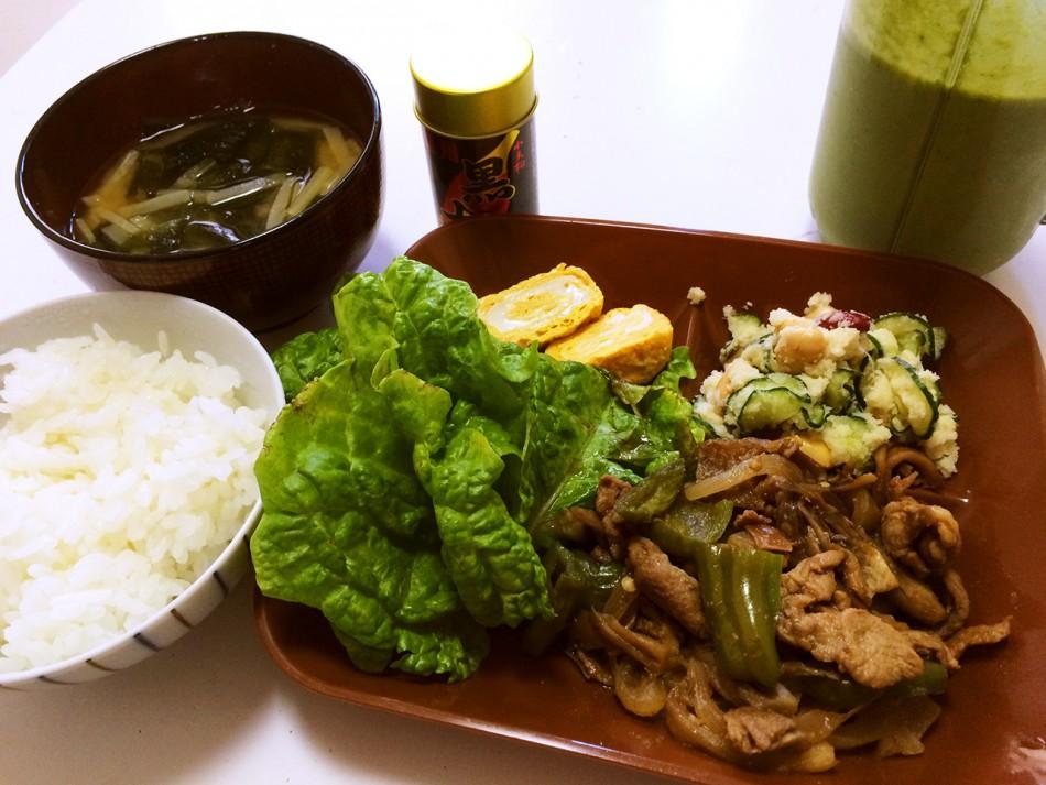 昨日の残りの肉野菜炒め、ポテトサラダ、卵焼き、大根とわかめの味噌汁、グリーンスムージー