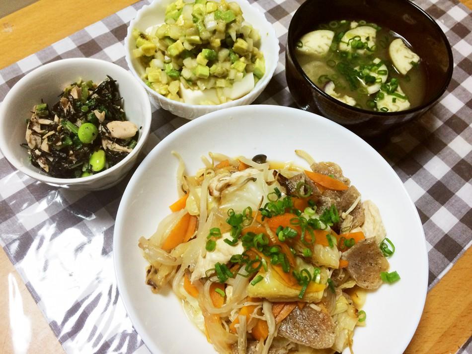 鶏胸肉と野菜と冷凍こんにゃくの蒸し焼き、ひじきとツナと枝豆のサラダ、冷奴アボカドたまねぎ乗せ、なすと油揚げの味噌汁
