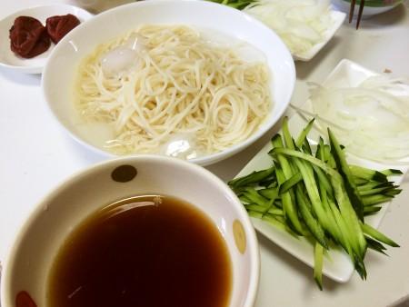 千切り野菜と梅干し入り冷や麦