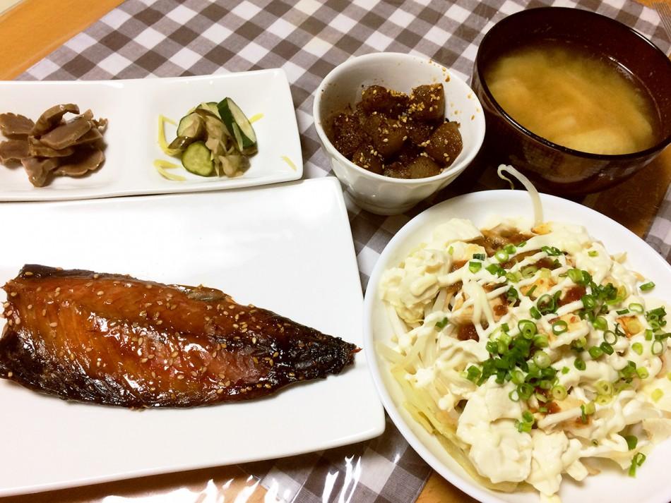 鯖のみりん干し、豆腐と蒸し野菜のたまねぎ氷ドレッシングのサラダ、こんにゃくのピリ辛煮、砂肝の煮物、なすときゅうりの生姜和え、大根と油揚げの味噌汁