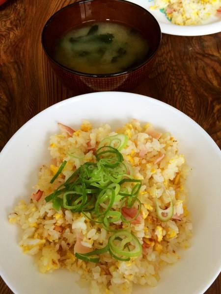 ロースハムの玉子炒飯、わかめの味噌汁