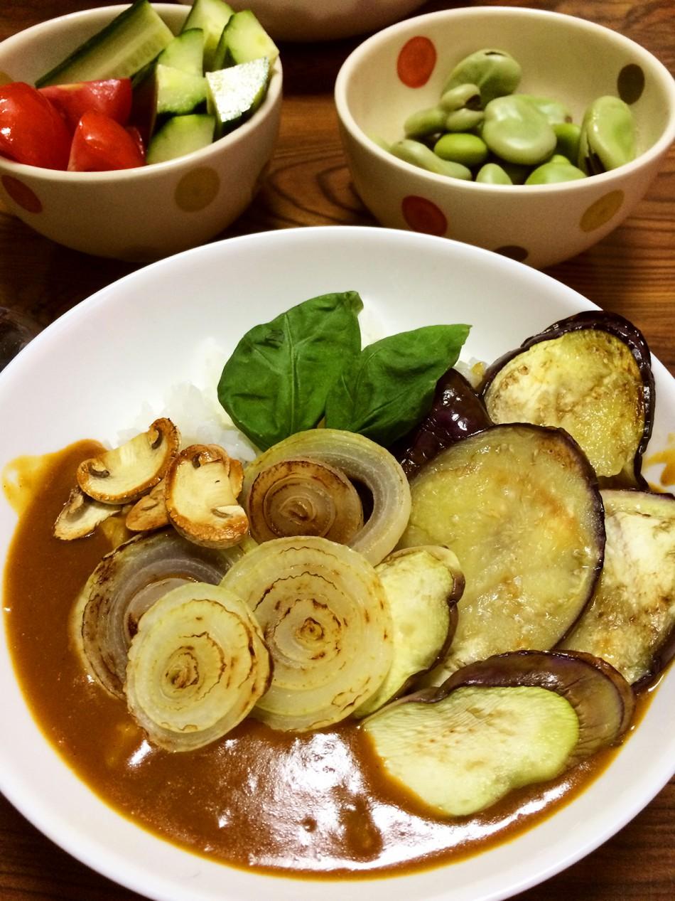 焼き野菜トッピングカレー、茹で空豆、ざく切りのトマトときゅうり