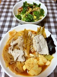 チゲ鍋、豆腐とアボカドとクルミのサラダ