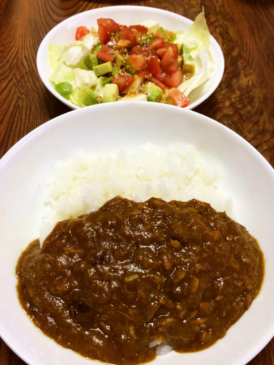 鯖味噌煮缶カレー、トマトとアボカドと豆腐のサラダ