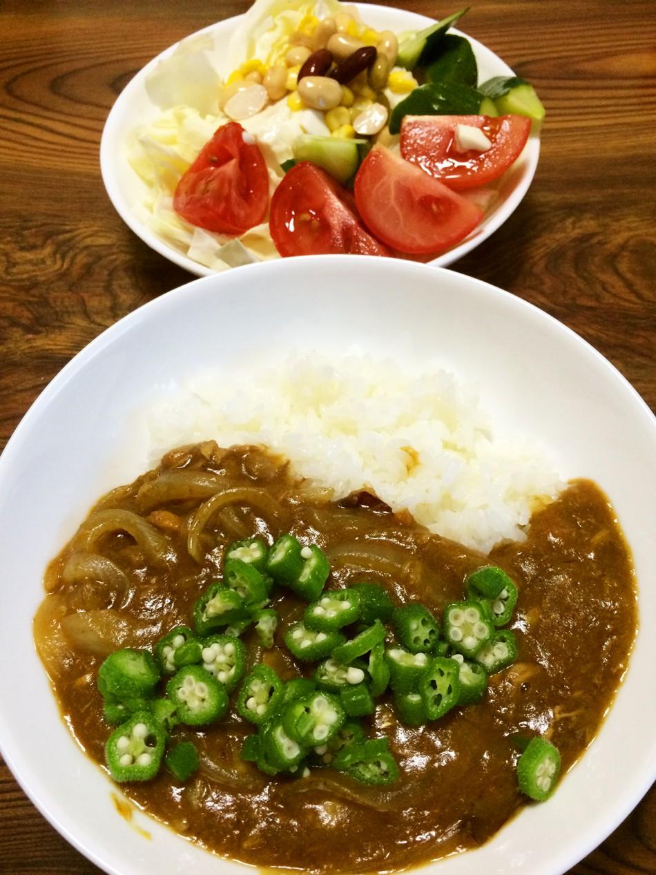 【今週のカレー】先週褒めすぎた結果…鯖味噌煮缶カレーおくらトッピング、ミックスビーンズと豆腐のサラダ