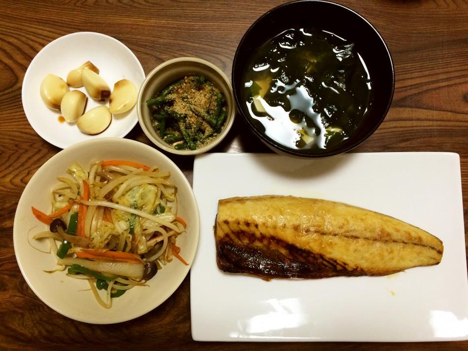 鯖の西京焼き、野菜炒め、ささげの胡麻和え、にんにくの醤油漬け、わかめと豆腐の味噌汁