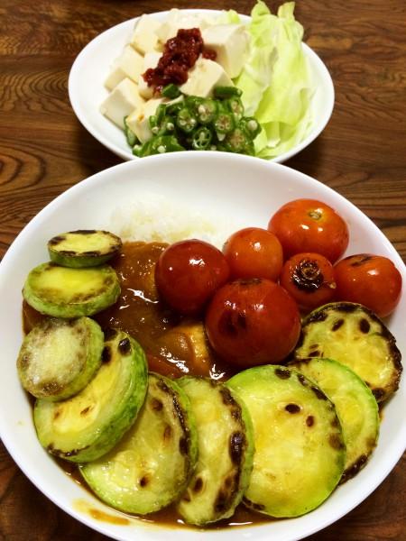 【今週のカレー】焼き夏野菜トッピングのチキンカレー、豆腐とオクラの梅肉サラダ