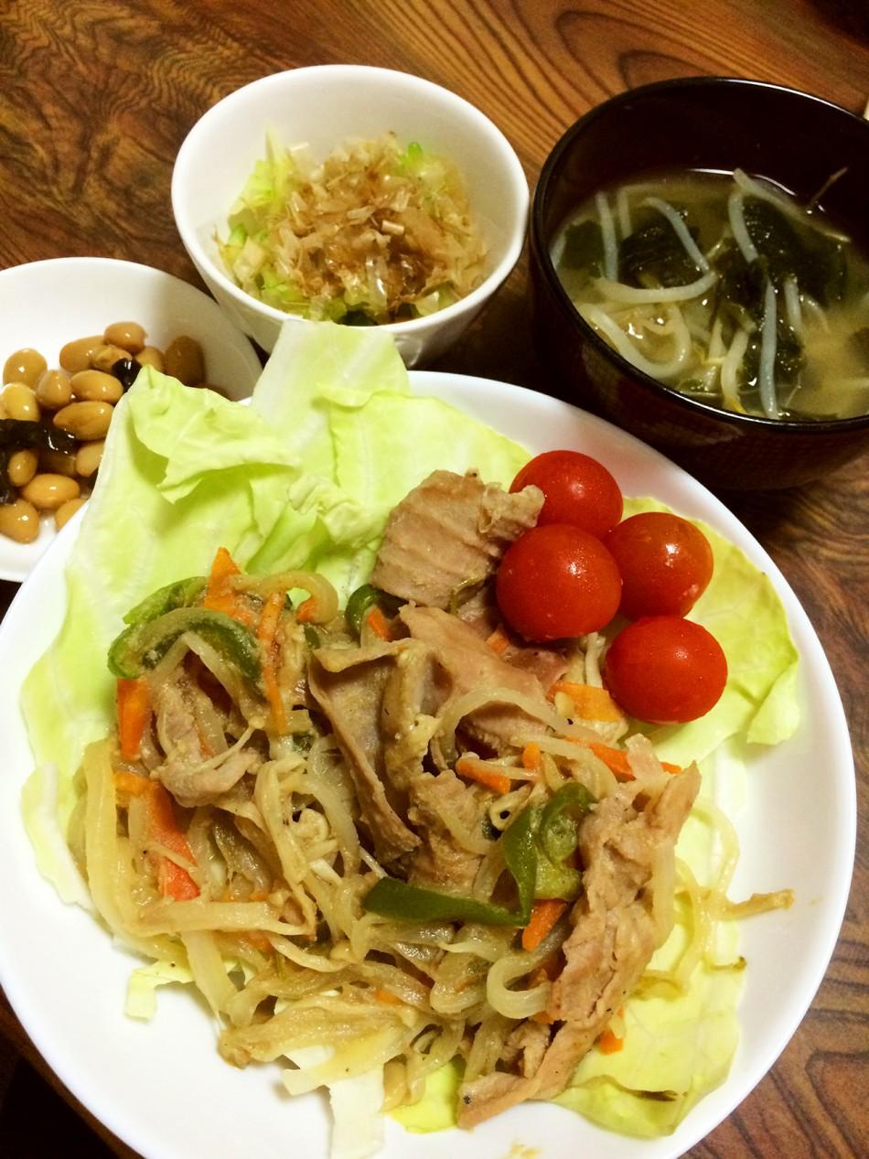 ホルモンと野菜の味噌炒め、ゴーヤのおひたし、煮豆、もやしとわかめの味噌汁