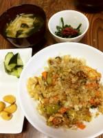 かつお節たっぷりのゴーヤチャンプル、ささげの梅肉和え、にんにくの醤油漬け、きゅうりの浅漬け、大根とわかめの味噌汁
