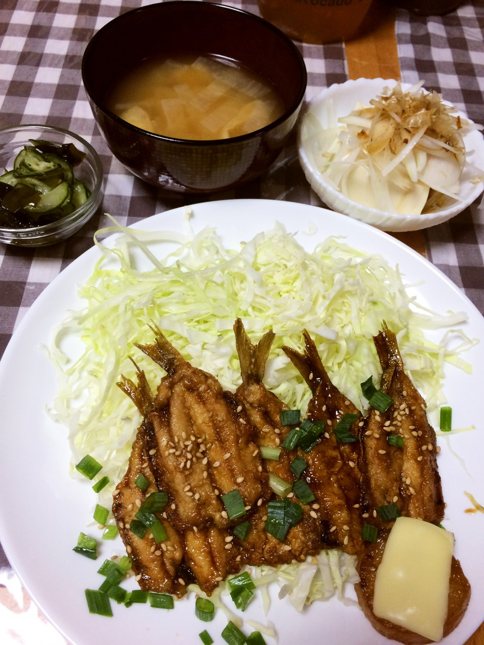 いわしの蒲焼き、冷奴オニオンスライス乗せ、きゅうりとわかめの酢の物、大根と油揚げの味噌汁